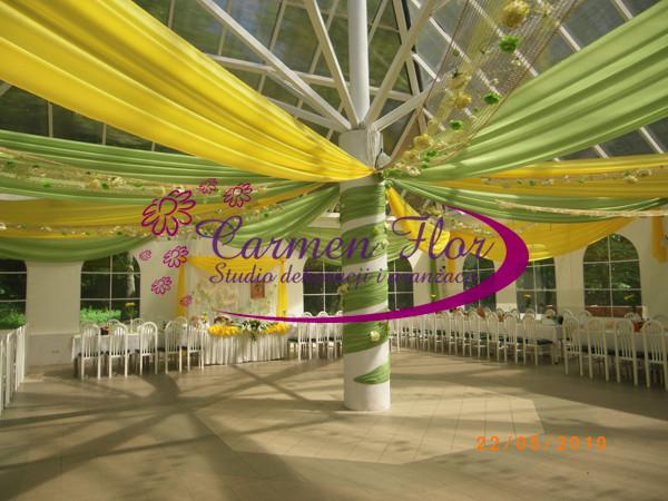 Dekoracja sali weselnej w kolorze zielonym