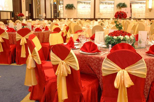 Czerwono-żółte dekoracje weselne