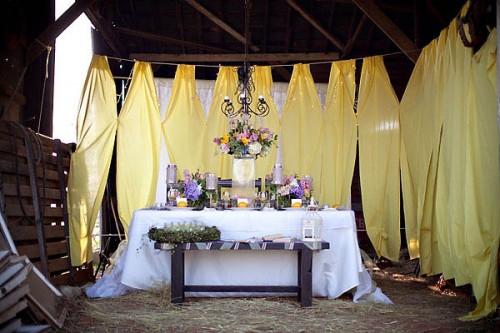 fioletowo-żółta sala weselna