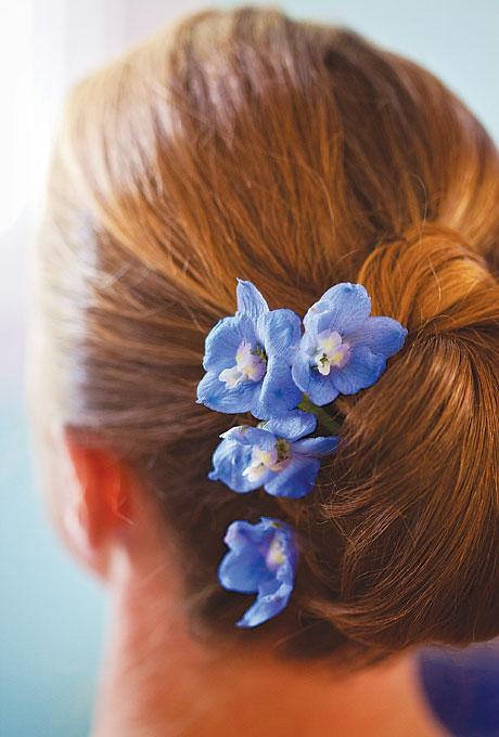 kwiatami we włosach