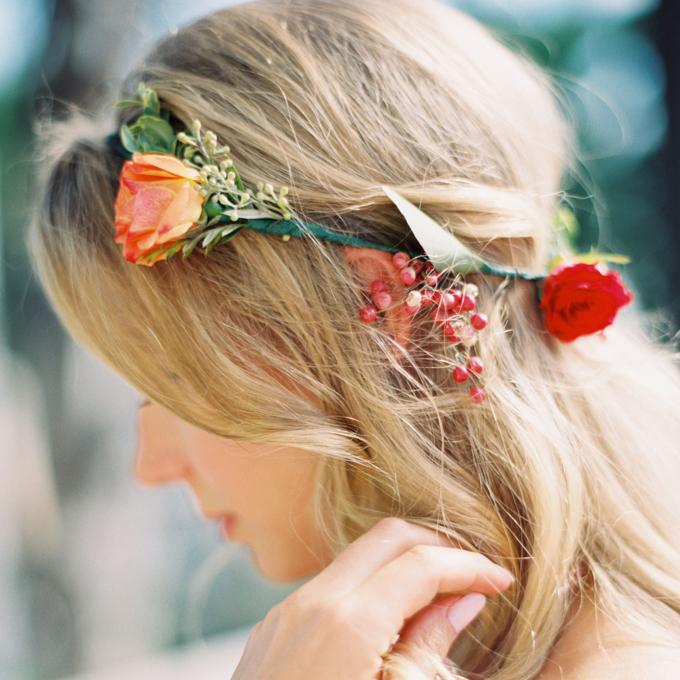 Kręcone włosy z wiankiem z kwiatów