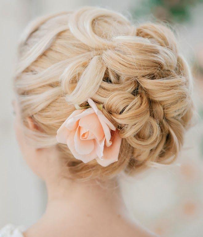 fryzura ślubna z kwiatkiem