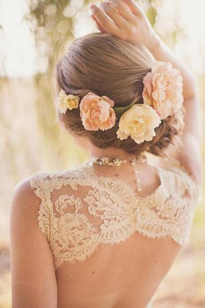 fryzura na ślub z kwiatami we włosach