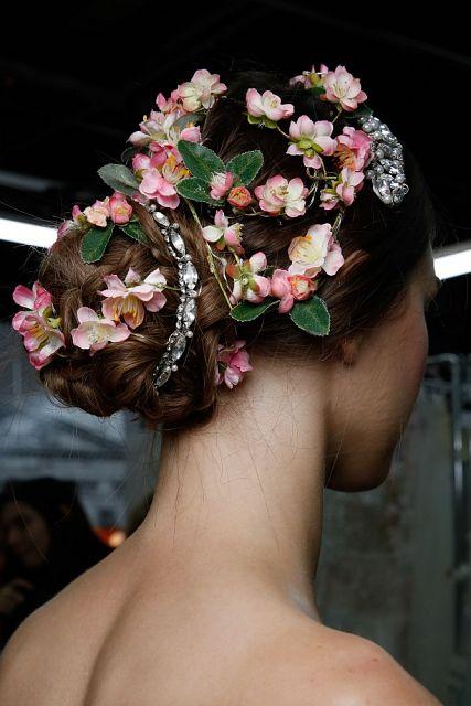 fryzura na wesele z kwiatami