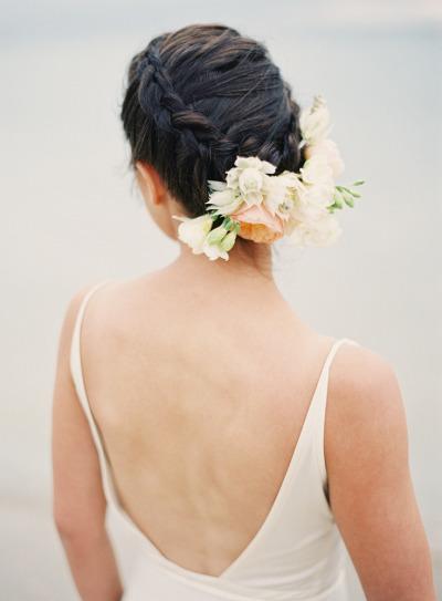 fryzura na wesele z kwiatem