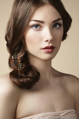 fryzura ślubna na bok