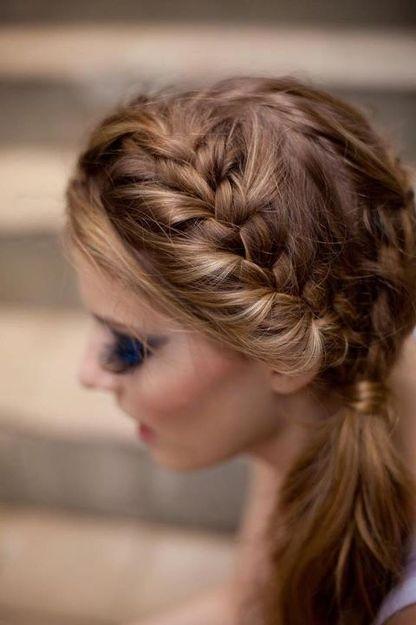 fryzura na wesele na bok