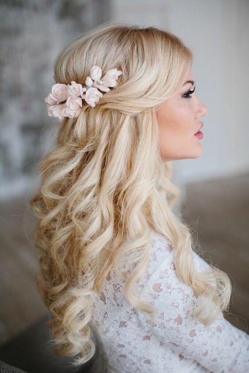 z kwiatem we włosach