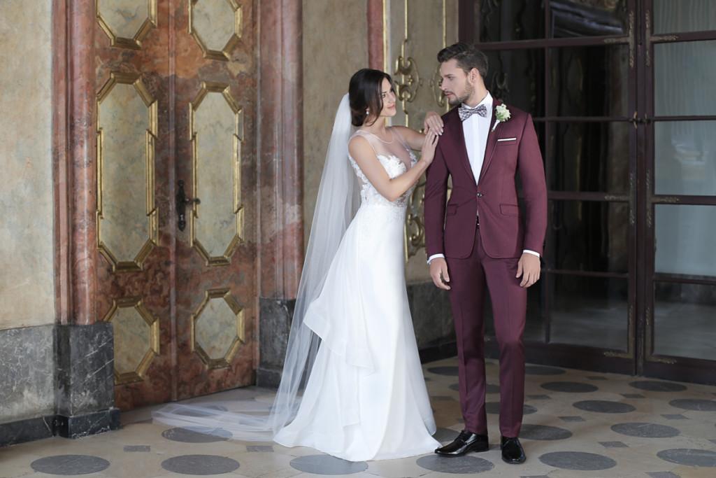 Męski Punkt Widzenia Na Garnitur ślubny ślub W Białej