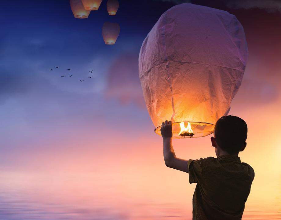 wypuszczanie lampionu w niebo