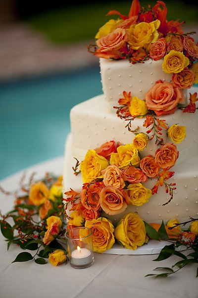 tort weseleny z pomarańczowymi kwiatami