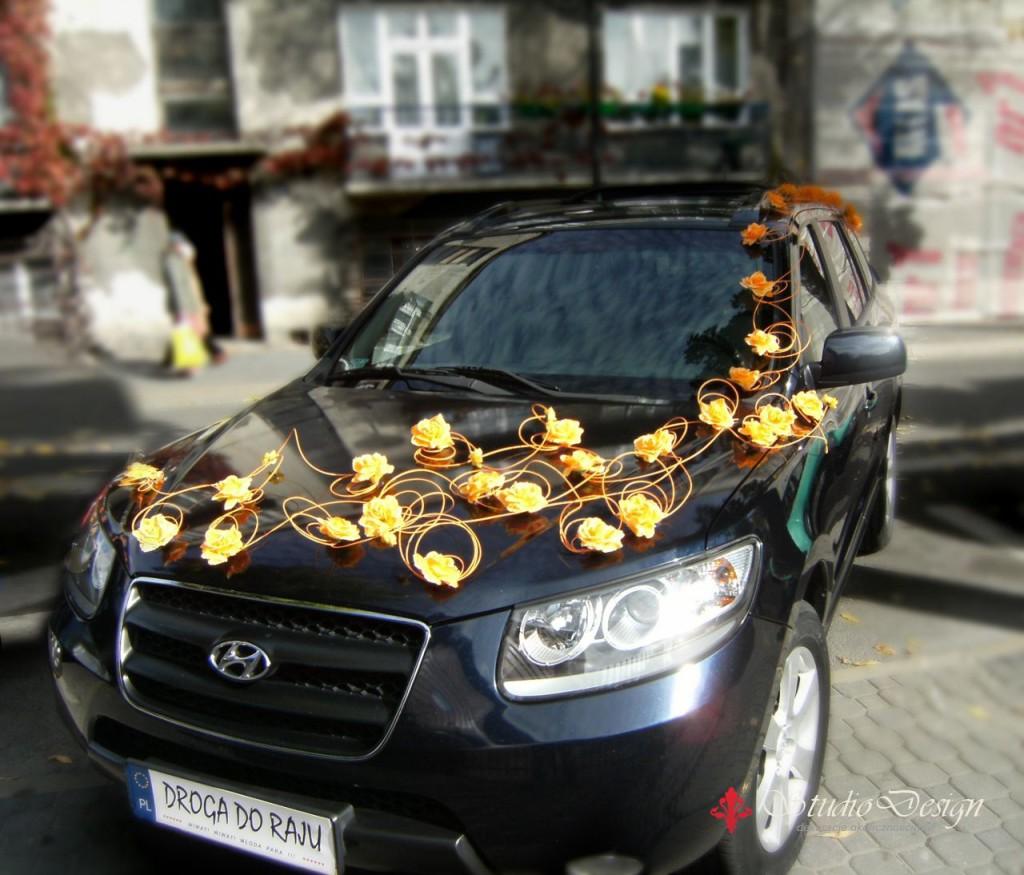 żółta dekoracja samochodu do ślubu