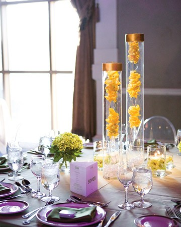 żółto-fioletowa aranżacja stołu weselnego
