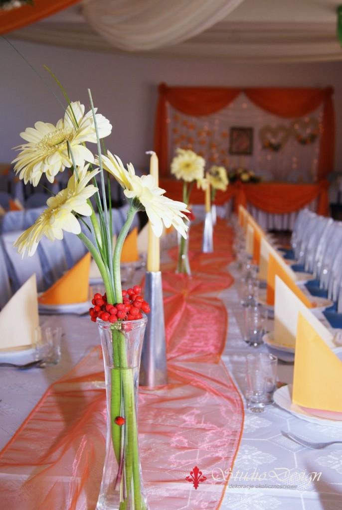 żółto-pomarańczowa aranżacja stołu weselnego