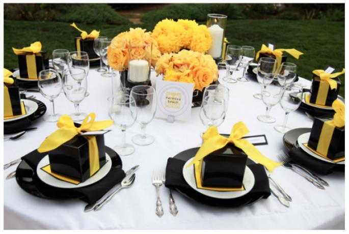 Czarno-żółte dekoracje stołu weselnego