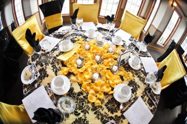 Żółto-czarny stół weselny