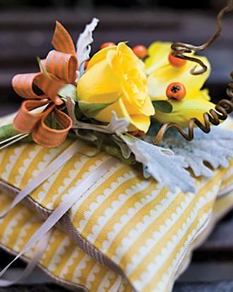 pomarańczowo-żółta poduszka na obrączki