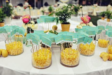 turkusowo-żółte dekoracje stołu weselnego