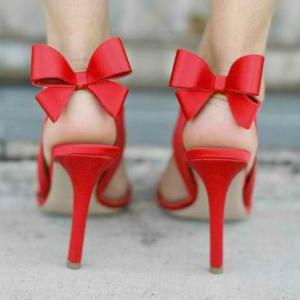 czerwone buty ślubne z kokardką