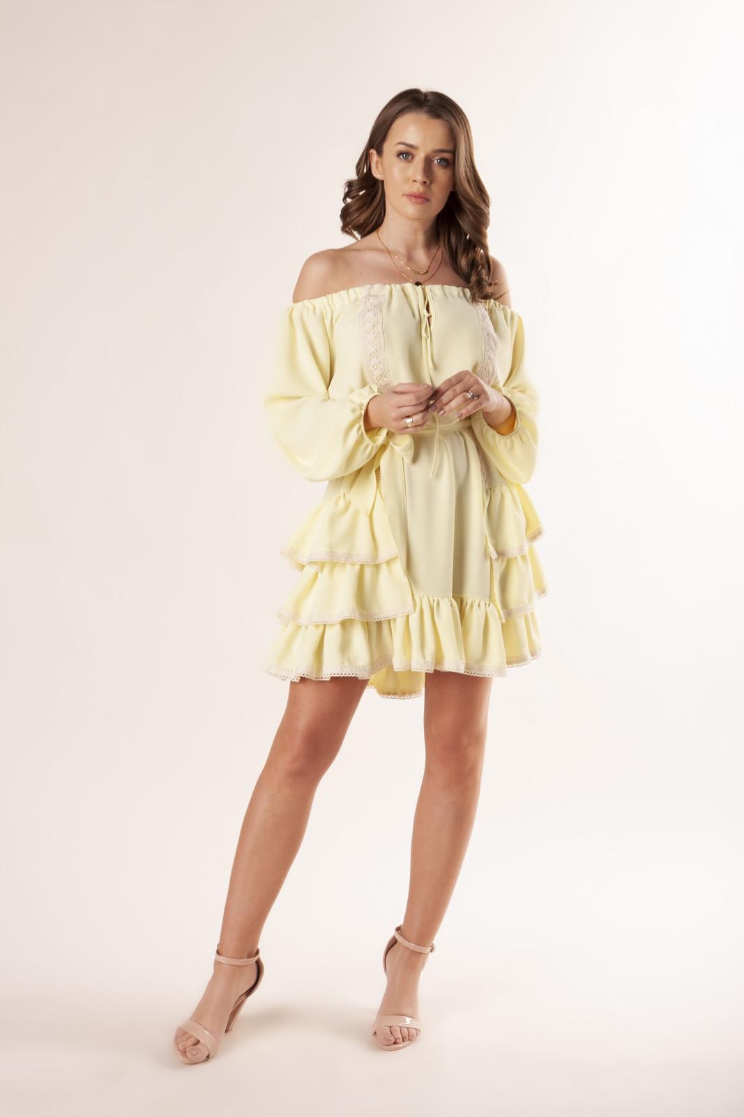 sukienka-z-hiszpanskim-dekoltem-falbanami-i-koronkowymi-wstawkami-ptakmoda