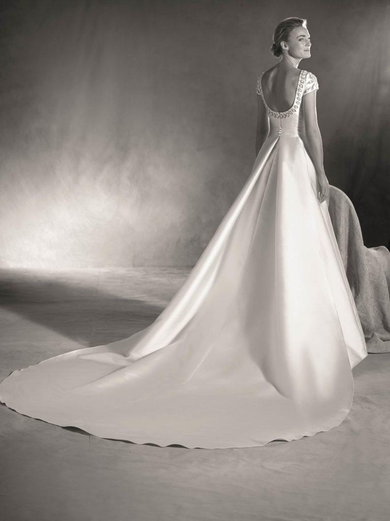 suknia-slubna-2017-atelier-pronovias-photo-courtesy