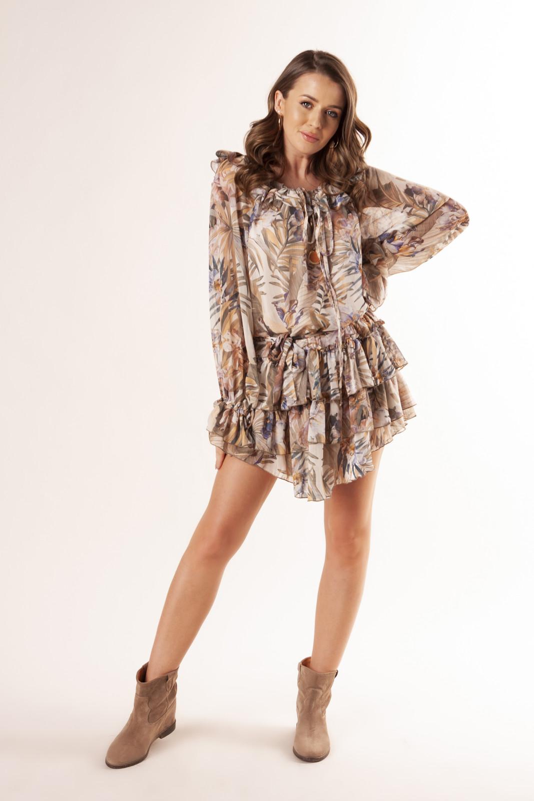 tiulowa-sukienka-z-glebokim-dekoltem-na-plecach-falbankami-i-wiazaniem-w-pasie-ptakmoda