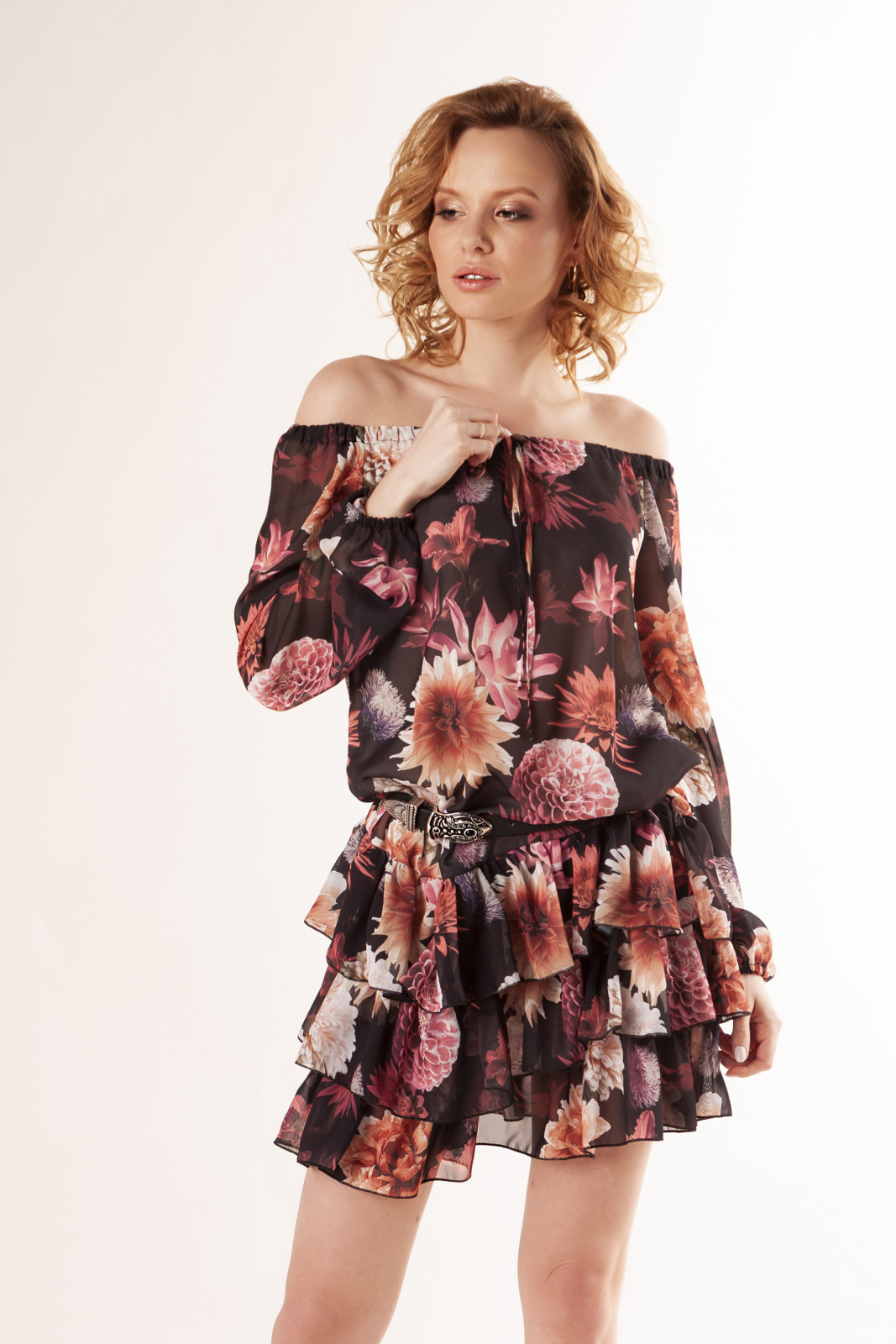tiulowa-sukienka-z-hiszpanskim-dekoltem-wiazaniem-w-pasie-i-falbanami-ptakmoda