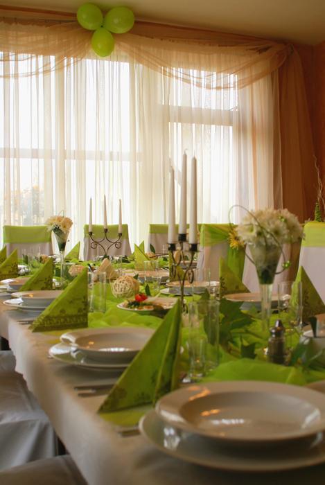 zielonkawy stol